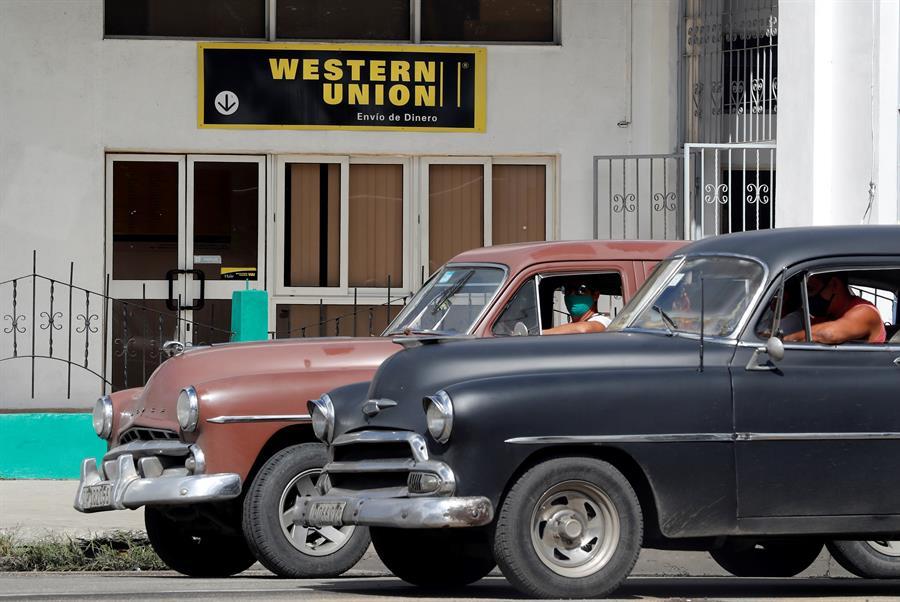 Familias cubanas pierden su mayor vía de remesas por cierre de Western Union