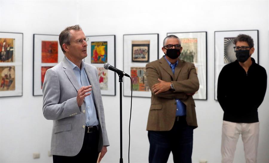 El embajador de Reino Unido en La Habana, Antony Stokes, durante la inauguración de una exposición acerca de portadas discográficas en La Habana