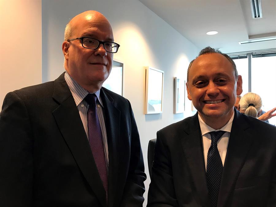 El dirigente del exilio cubano Orlando Gutiérrez (i) y su abogado Marcell Felipe