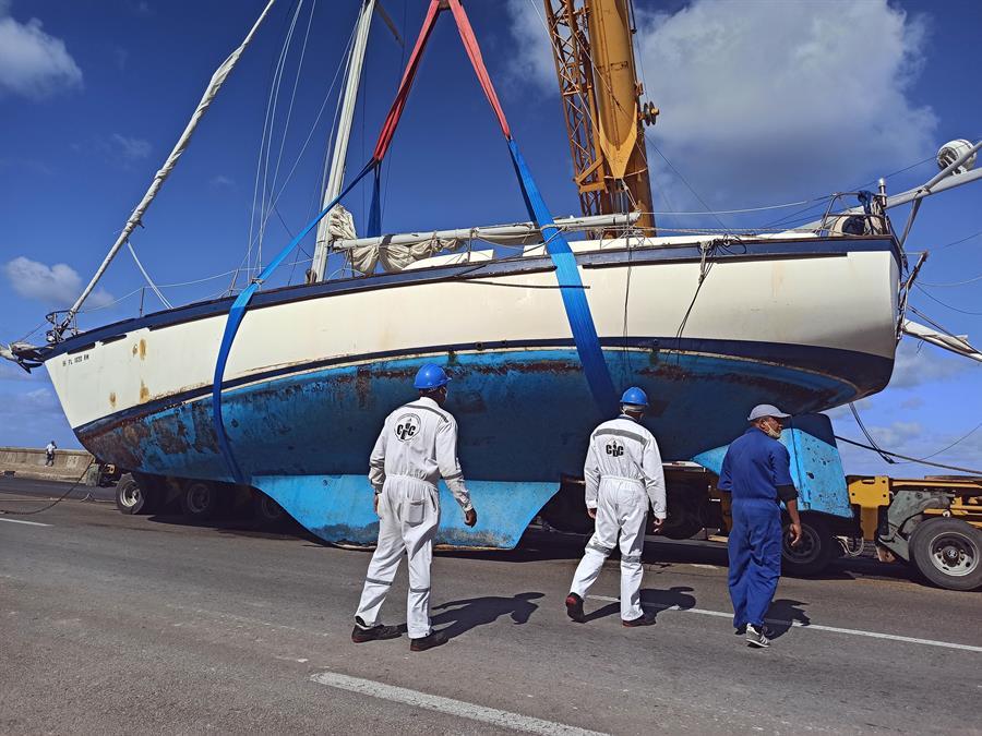 Rescatan un velero estadounidense encallado frente al Malecón de La Habana
