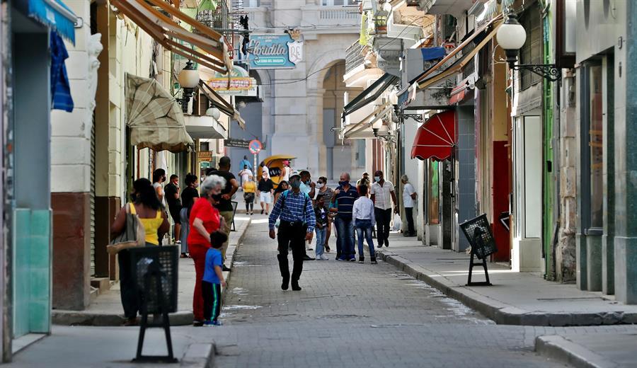 Varias personas caminan por una calle de La Habana, donde se siente el temor a la inflación